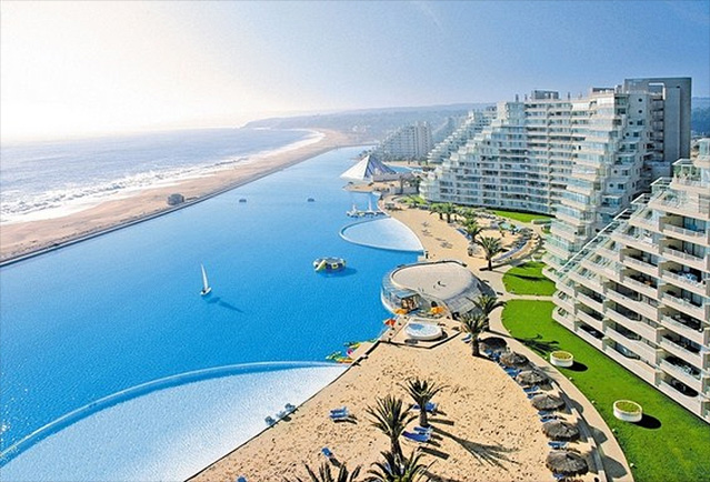 The largest pool in the world - a paradise for beachwear lovers